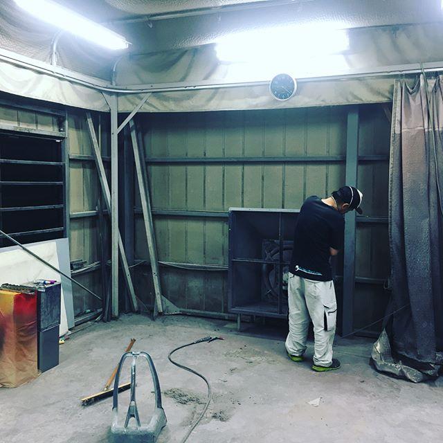 お休みにしかできないので、ブース工事〜柱ぶった切って大丈夫なのでしょうか?笑#鈑金 #塗装 #ブース改造 #手伝い募集中です