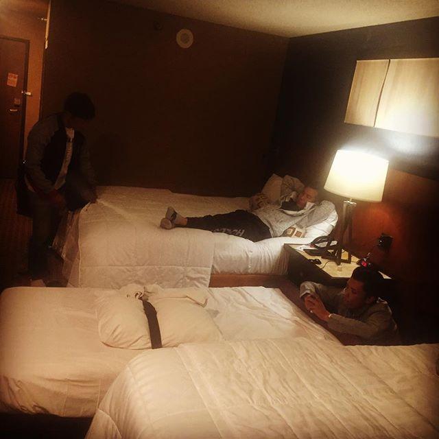 ベガス到着〜がしかし…予約でトラブって今夜は雑魚寝ですwいよいよ明日からSEMAスタート! 何キロ歩くのかw#semashow #lasvegas #4人で一部屋 #ベッドが足りない