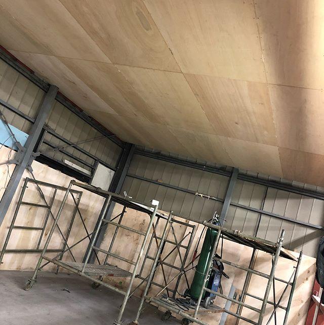 やっと屋根ついた隙間もキッチリ埋めて密閉度アップなはずw明日壁完成予定ですさていつから通常営業できるのかw1月は既に作業パンパンなので早く終わらせないと…#自作ブース #鈑金塗装 #大工さんて凄いな #建築関係トントントン