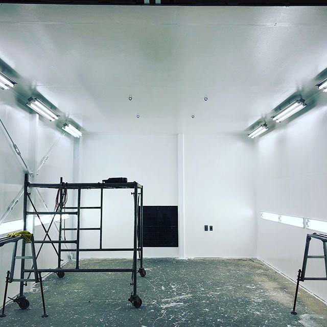 Test paint!完成間近️ 側面に電気追加して壁塗ったら超明るい️むしろ眩しいくらいw週末に使うホイールをテストで塗ってみますw#自作ブース #鈑金塗装 #千葉北