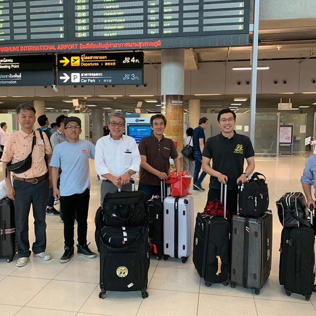 微笑みの国 タイ上陸です️ 空港でシゲさん御一行と合流さましていよいよ今回の目的のMooneyes BKKへ!雰囲気、規模、凄いす️️これからプレパーティーです!#mooneyes #mooneyesbkk #hotrod #thailand #fbscustomtape