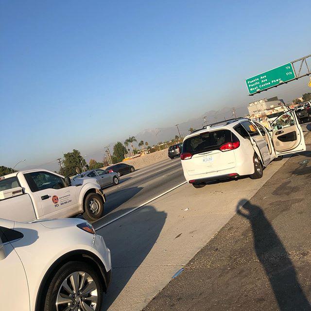 お腹いっぱいでベガスに向かおうとしたところでフリーウェイの渋滞中にドカ〜〜んはいオカマ掘られましたパストラミ出ちゃうかも…くらいの勢いサードシートのS氏 危なかったです出だしから中々のアクシデントww今年は大丈夫か⁇⁇ #losangels #accident #首痛いかも